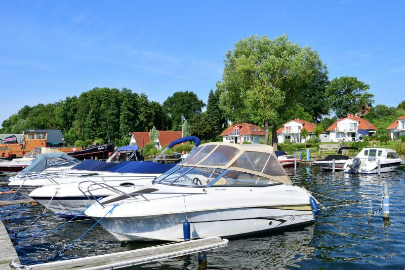 Marina mit Booten und Häuser im Hintergrund