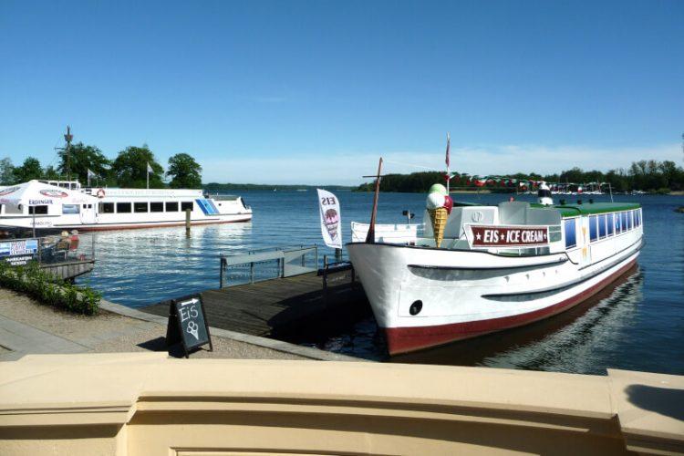 Schiffe im Hafen am Schweriner Schloss