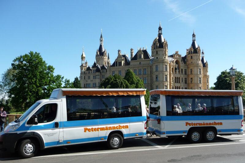 Petermännchen Stadtrundfahrten vor dem Schweriner Schloss