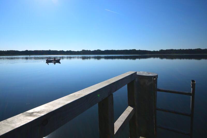 Blick vom Steg auf den Schweriner See, Auf dem See ein Angelboot