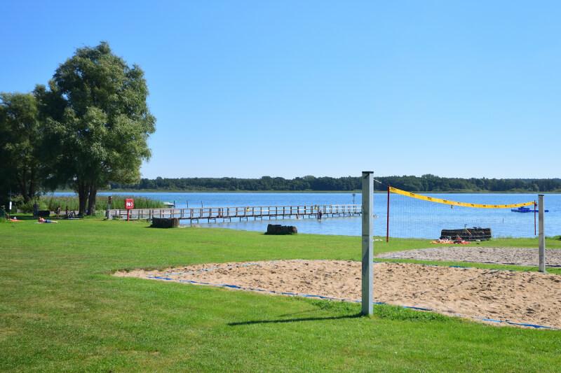 Schweriner See mit Wiese, Steg und Beach Volleyball