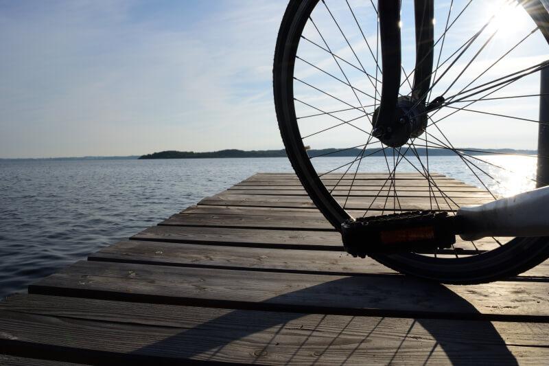 Fahrrad auf dem Steg am See