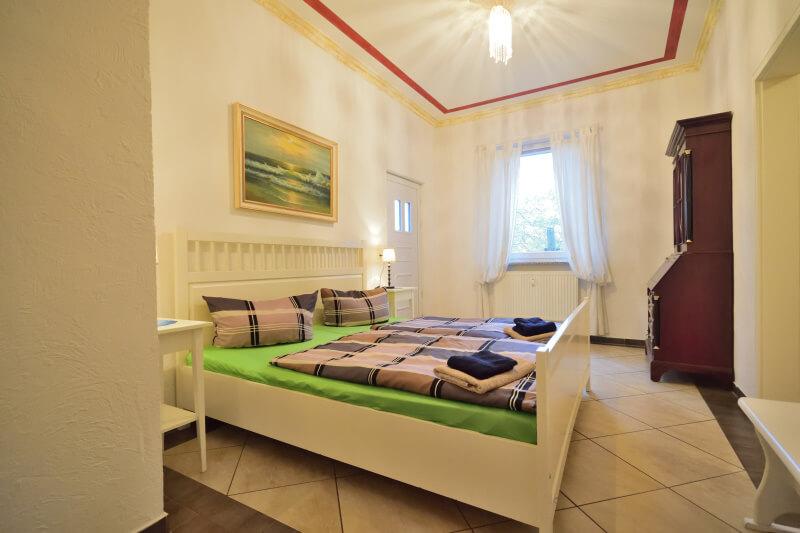 bett fenster ferienwohnung 11 villa backstein schwerin seeurlaub unterk nfte am wasser. Black Bedroom Furniture Sets. Home Design Ideas